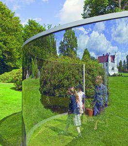 Glasvägg som avspeglar Wanås gods.