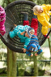 Barn som gungar utomhus på förskolan. Foto.