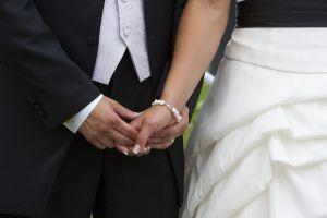 Bild på par som gifter sig.