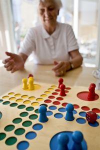 Person spelar brädspelet Fia med knuff.