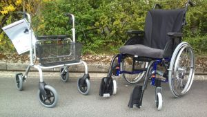 Rullator och rullstol. Foto.
