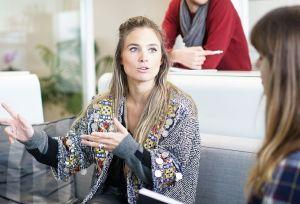 Bild på två kvinnor som konverserar.