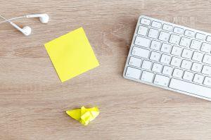 Bild på tangentbord och postitlappar.