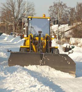 En snöplog på väg full av snö.