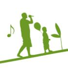 En person som sjunger och ett barn som håller en ballong