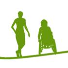 En person som står och en som sitter i rullstol