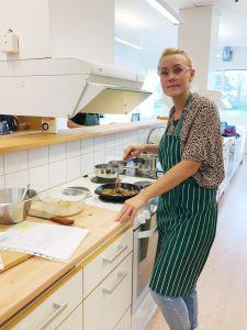 Sara Krantz, undersköterska, steker vitkål till kålpuddingen.