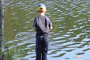 Kille fiskar i en sjö