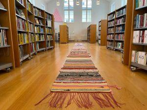 En vävd matta som ligger på golvet på Kulturhuset i Broby.