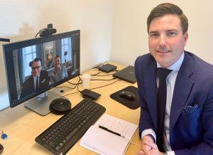Bild på Patric Åberg när han har ett videomöte med kronprinsessparet.