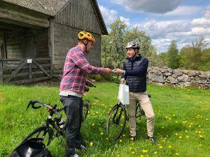 Bromöllas kultur- och fritidschef lämnar över stafettpinnen till kommunalrådet i Östra Göinge kommun.