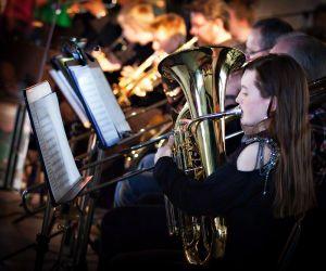 Brassinstrument vid show med musik av ABBA